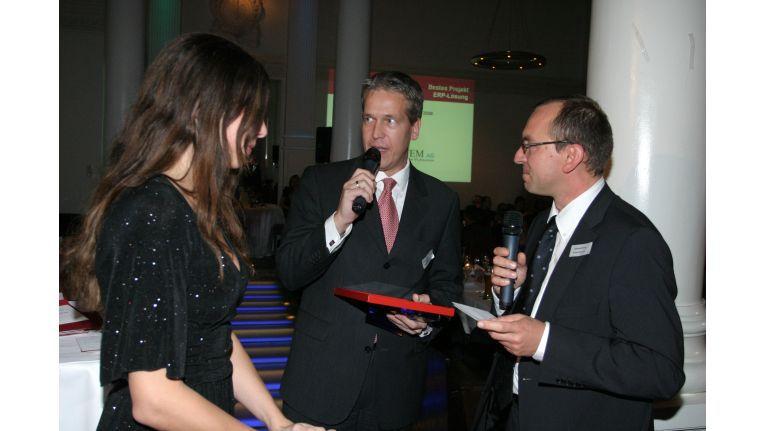 Peter Wisser, Vorstand bei der System AG, nimmt den Channel Champion Reseller Award für die bester ERP-Lösung (Sage) entgegen.