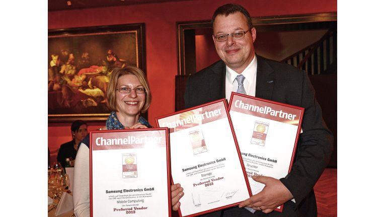 Preferred Vendor: Im Jahr 2013 durfte Fabian Maiwald, Manager Marketing Controlling & PR bei Samsung Electronics, von ChannelPartner-Mitarbeiterin Bärbel Zöger aufgrund einer GfK-Studie drei Auszeichnungen entgegennehmen.
