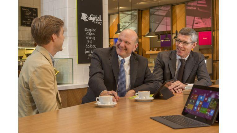"Microsoft-CEO Steve Ballmer und Deutschland-Chef Christian Illek im Microsoft-Cafe ""The Digital Eatery"" in Berlin"