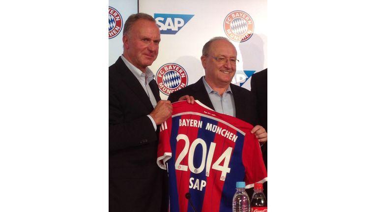 Der Vorstandsvorsitzenden des FC Bayern, Karl-Heinz Rummenigge (links), und Gerhard Oswald, Mitglied des Vorstands der SAP SE und Urgestein des Softwareanbieters, geben die Partnerschaft bekannt.