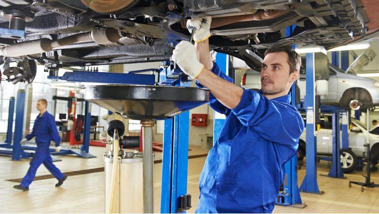 Verspricht eine Kfz-Werkstatt ihrem Kunden einen Reparaturgutschein für Folgeaufträge, kann dies den Versicherungsvertrag beeinträchtigen.