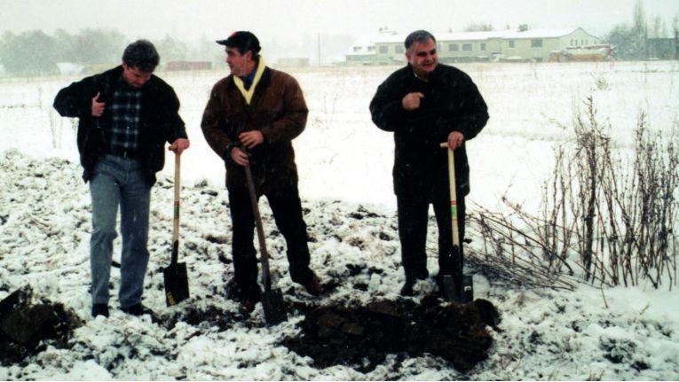 Der Spatenstich zur Komsa-Zentrale am heutigen Standort in Hartmannsdorf anno 1997.