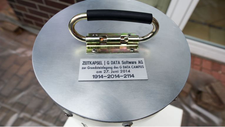 Die Zeitkapsel enthält ein Fairphone, Honig, ein Buch über den NSA-Skandal und die Hülle des ersten Virenschutzprogramms von G Data.