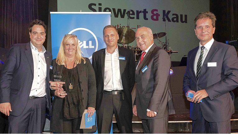 Nach der Auszeichnung mit dem Dell Award: von links Sebastian Hill, Leiter Einkauf bei Siewert & Kau, Doris Albiez von Dell, Sven Bertram und Markus Plückbaum, Siewert & Kau sowie Robert Laurim von Dell.