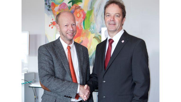 Hans Brünings (links), Geschäftsführender Gesellschafter bei der Brünings + Sander EDV-Agentur GmbH, sowie Bernhard Lichte, Geschäftsführer der Quentia GmbH, beschließen den Vertrag.