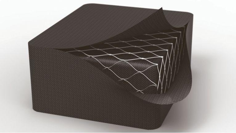 Pacsafe bietet HighTech-Sicherheit und schont gleichzeitig die Umwelt. Hier das eXomesh-System, ein Netz aus Edelstahl, das in der Tasche eingearbeitet vor dem Aufschlitzen mit Klingen schützt.