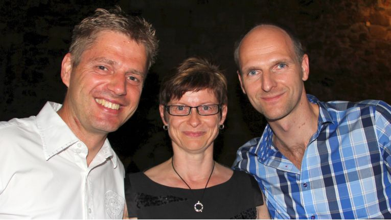 """So wie hier auf dem Bild von der Abendveranstaltung anlässlich der Bluechip-Hausmesse im Mai 2014 in Leipzig werden wir ihn in Erinnerung behalten: Marco """"Ecki"""" Eckstein (rechts) mit Bluechip-Vorstand Brit Wolf und dem Ex-Kollegen Jan Vollrath (jetzt bei Samsung)."""