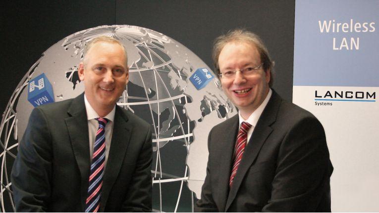 Die Lancom-Chefs Stefan Herrlich (links) und Ralf Koenzen haben gut Lachen: Das zurückliegende Geschäftsjahr lief gut und das neue hat hervorragend begonnen,