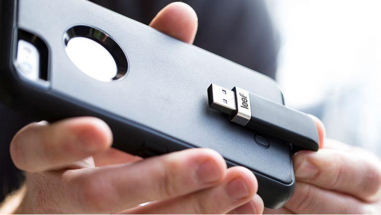 Ohne die Schutzhülle vom Telefon entfernen zu müssen, kann das Leef iBridge ergonomisch angeschlossen werden.