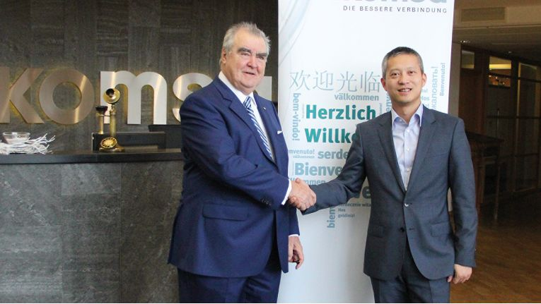 Dr. Gunnar Grosse, CEO der Komsa AG und Toni Cheng, Geschäftsführer der Huawei Technologies Deutschland GmbH, beschließen die strategische Zusammenarbeit.