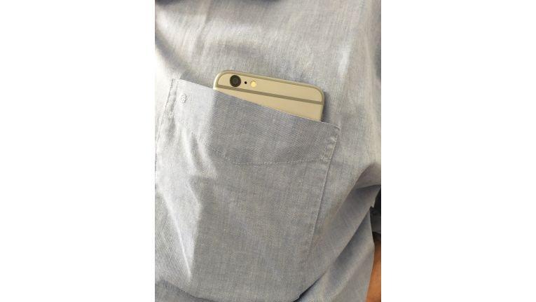 Unschön: In handelsüblichen Hemden passt das iPhone 6 Plus nicht mehr ganz in die Tasche; so läuft man ungern herum.