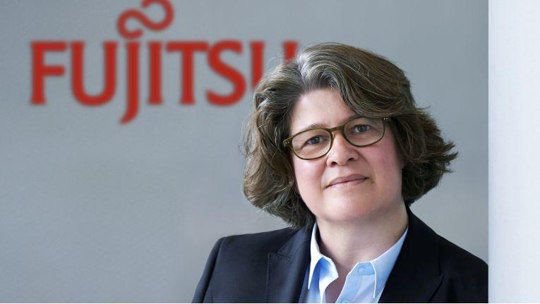 """Vera Schneevoigt, Senior Vice President, Product Supply Operations bei Fujitsu: """"Wir werden Forschung, Entwicklung und Fertigung für das neue Joint Venture in Augsburg fortsetzen."""""""