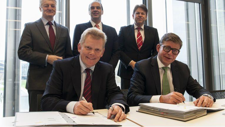 Vertragsunterzeichnung:Vorne: Guido Kerkhoff (CFO ThyssenKrupp AG) und Reinhard Clemens (CEO T-Systems). Im Hintergrund (v.l.): Dr. Heinrich Hiesinger (CEO ThyssenKrupp AG), Hagen Rickmann (Director Sales T-Systems), Klaus Hardy Mühleck (CIO ThyssenKrupp AG)