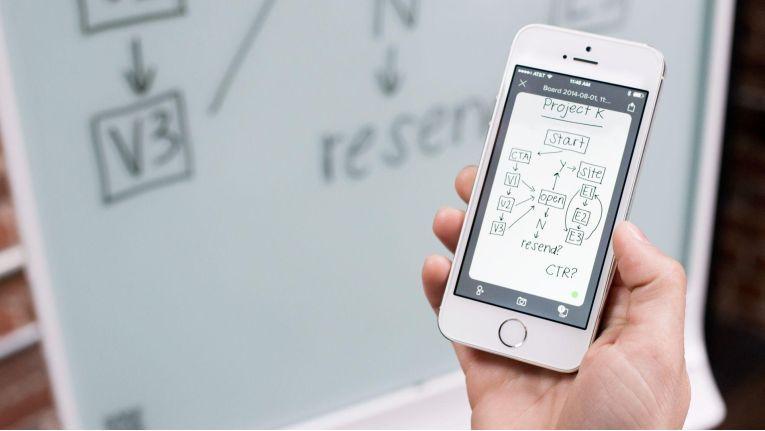 Smart Technologies und der AV-Spezialist TD Maverick haben für die DACH-Region und weitere europäische Länder einen Exklusivvertrag geschlossen. Smart Kapp digitalisiert prinzipiell ein Flipchart oder Whiteboard, lässt sich dabei wie ein herkömmliches Flipchart bedienen und per App ist man live dabei.