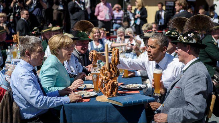 Zu heiß für das Sakko: Joachim Sauer (links), Gatte von Kanzlerin Angela Merkel, und US-Präsident Barack Obama (2.v.r.) beim Weißwurstfrühstück vor dem G7-Gipfel in Ellmau.