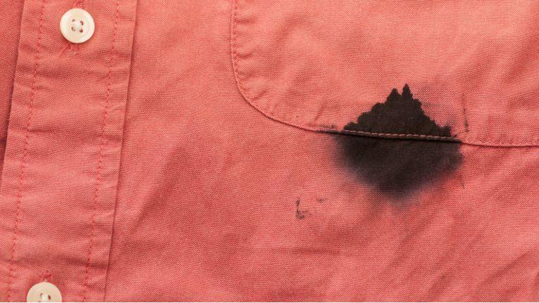 Schnell noch am Drucker Tinte oder Toner wechseln, und schon ist das teure Hemd ruiniert. Wie man Textilien vielleicht doch noch retten kann, erklärt Drucker-Onliner Printer Care.