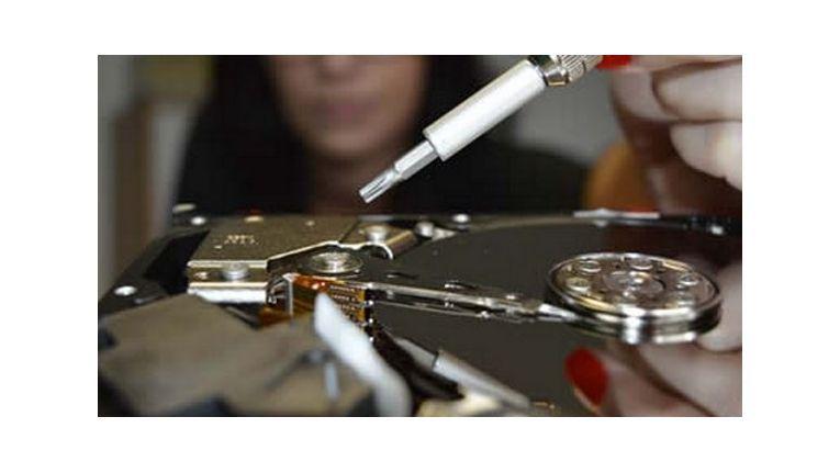 Do-it-yourself-Aktionen wie die auf dem Foto gezeigte Maßnahme können Festplattenschäden noch verschlimmern.