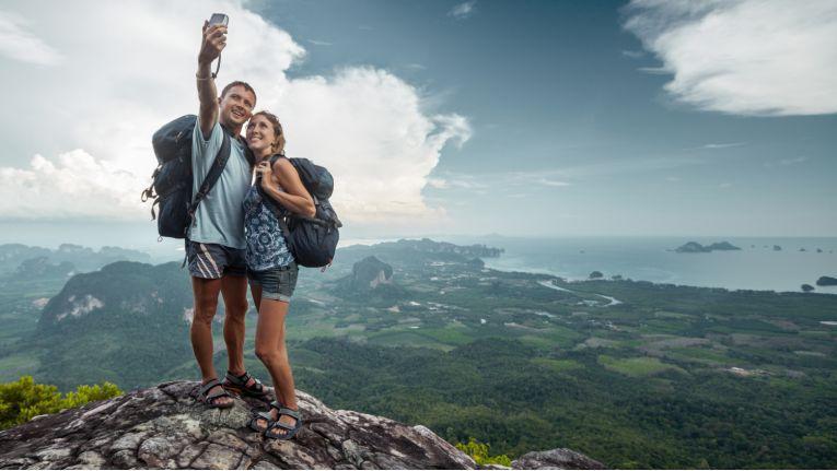 Wer das Smartphone im Urlaub nicht nur für die obligatorischen Selfies nutzt, wird in dieser Sammlung praktische Apps für seine Reise finden.