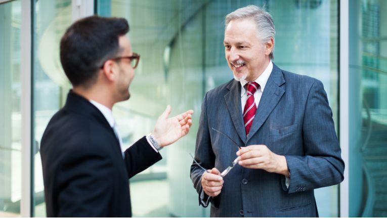 Vor dem ersten Gespräch zwischen Bewerber und potenziellen Chef führen der Personalberater sowie der Fachvorgesetzte Telefoninterviews mit dem Kandidaten.