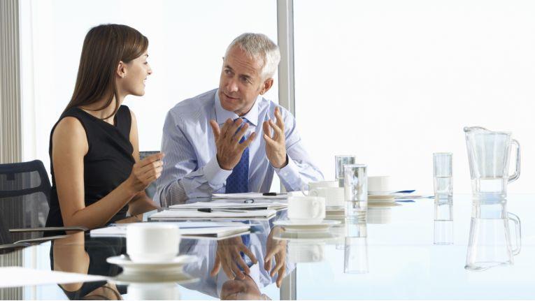 Viele Mitarbeiter wünschen sich konkretere Aufgabenstellungen und ein konstruktives Feedback von ihrem Chef.