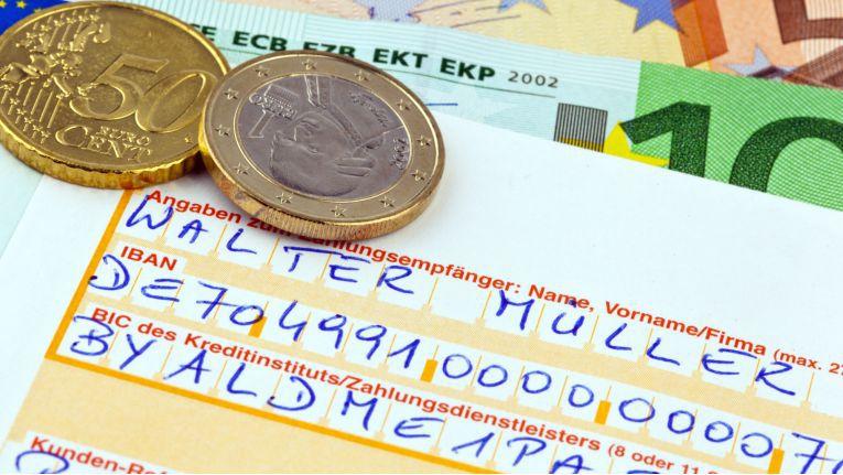 """""""IBAN, die Schreckliche"""" - die neue internationale Kontonummer hatte schon vor ihrer Einführung ihren Ruf weg. Schließlich hat die IBAN in Deutschland 22 Stellen."""