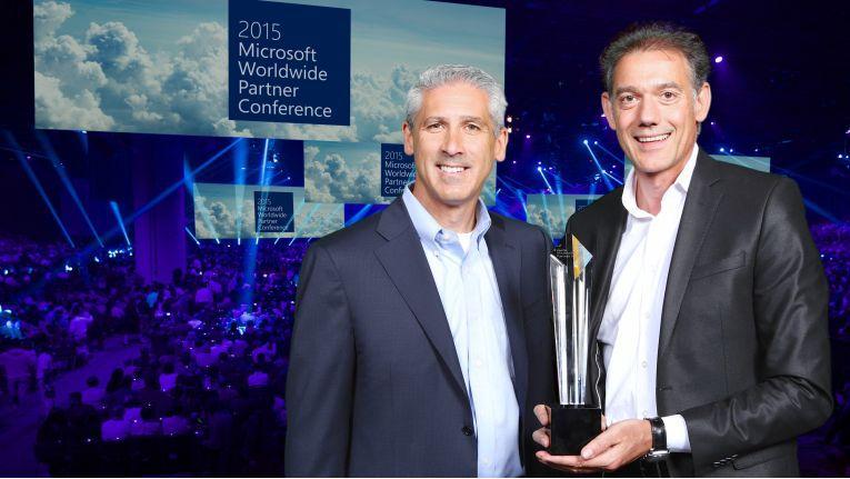 Auch Phil Sorgen, Vice President Worldwide Partner Group bei Microsoft (links im Bild), ließ es sich nicht nehmen Richard Mayr für Blue-Zone zu gratulieren.