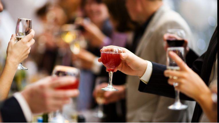 Weihnachtsfeier mit Alkohol: Hier ist wie in anderen Details Zurückhaltung angebracht.