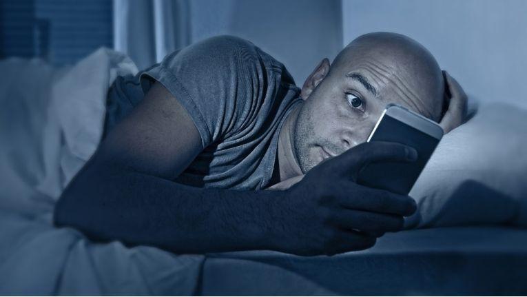 Abends erledigen viele vom Smartphone aus noch Berufliches.