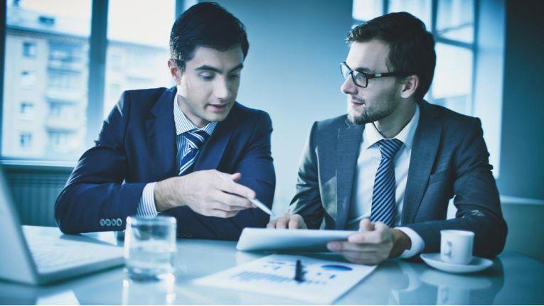"""Mittelmäßige Verkäufer gehen oft mit folgender Einstellung in Verkaufsgespräche: """"Mal schauen, wie das Gespräch läuft."""" Spitzenverkäufer versuchen, das Gespräch zu führen."""