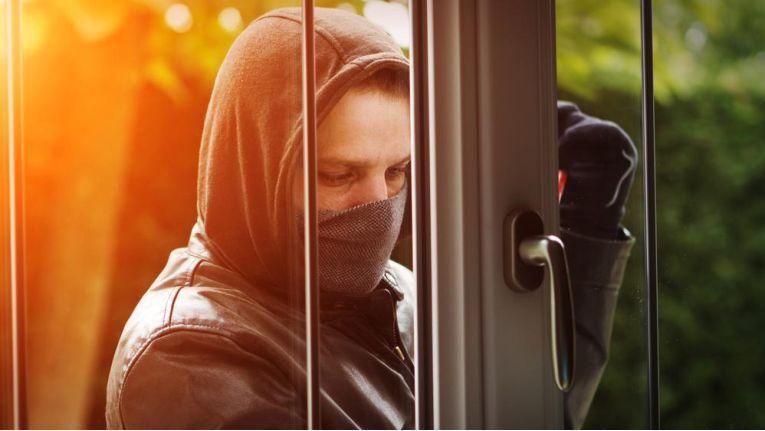 Wenn Einbrecher mit Hilfe des entwendeten Schlüssels in die Wohnung eindringen und Diebstahl begeben, zahlt die Hausratsversicherung nicht.