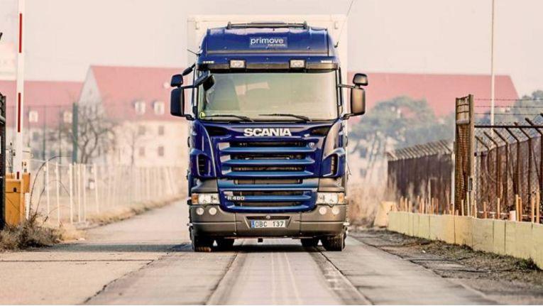 Das Bombardier-Projekt Primove betankt den LKW während der Fahrt mit Strom.