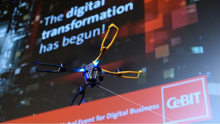 Quadrokopter an der Leine: Es geht um Roboter, Drohnen, virtuelle Realität und künstliche Intelligenz, um Chancen und Herausforderungen des digitalen Wandels in Wirtschaft und Gesellschaft. Die CeBIT will ihrem eigenen Anspruch gerecht werden, die wichtigste Leistungsschau der Digital-Branche zu sein.