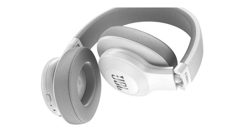 Praktisch für den Transport ist, das man die Ohrhörer falten kann. Leider fehlt eine Schutztasche, so dass das Kunststoffgehäuse auf die Dauer leiden wird.