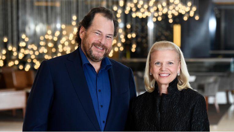 Salesforce-Gründer Marc Benioff (li.), dessen Unternehmen erst im vergangenen Jahr engere Beziehungen zu IBM angekündigt hatte, gratulierte IBM-Chefin Ginni Rometty (re.) zu dem Mega-Deal.