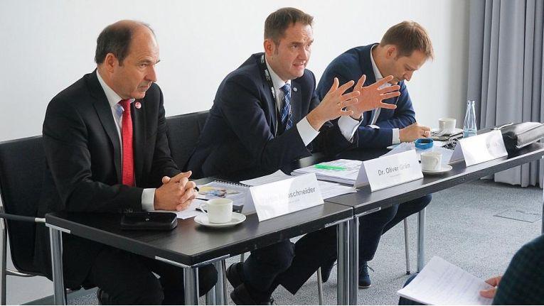 Der BITMi sprach sich auf der CeBIT für die Bündelung von Netzthemen in einem eigenen Digitalministerium aus (v.l.n.r.: Martin Hubschneider, Vizepräsident BITMi, Oliver Grün, Präsident BITMi, und Manuel Höferlin, Generalsekretär BITMi).