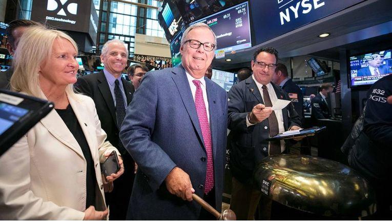 Mike Lawrie, Chairman, President und CEO von DXC Technology, läutet an der New Yorker Börse den Start des neuen Serviceriesen ein.