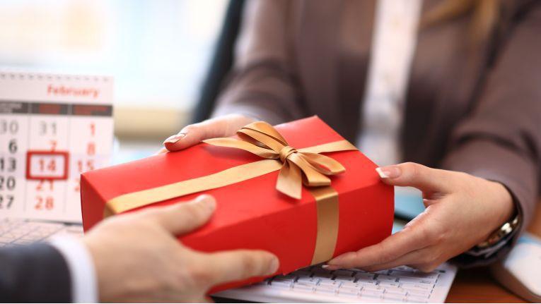Bei der Übergabe von Werbegeschenken an Kunden oder Geschäftspartner kann sich der Beschenkte auf einem schmalen Grat bewegen.