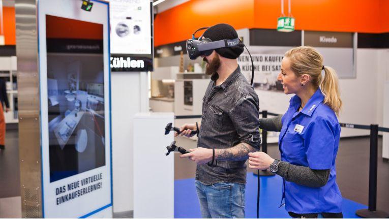 Innovationen wie die Küchenplanung mittels Virtual Reality Headset müssen von Kunden und von den Mitarbeitern angenommen werden