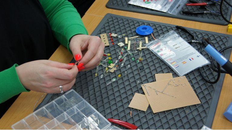 Die Conrad Technikkurse richten sich an alle, die Neues lernen oder ihr Elektronikwissen vertiefen möchten - auch auf der Maker Faire Hannover veranstaltet der Technikexperte freie Lötkurse.