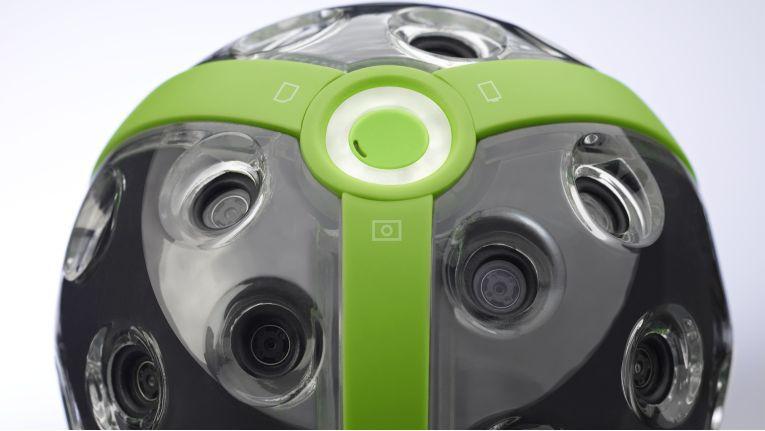Mit einem Durchmesser von 11 Zentimeter, WLAN und einem Gewicht von 480 Gramm, ist die hochauflösende Panono 360 Grad-Kamera recht einfach zu handhaben.