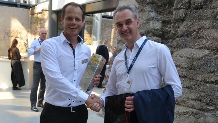 Infinigate Hausmesse 2016: Thomas Jank, Sales Director ChannelPartner (rechts), gratuliert Andreas Bechtold, Geschäftsführer bei Infinigate Deutschland (links), zum 20ten Firmenjubiläum.
