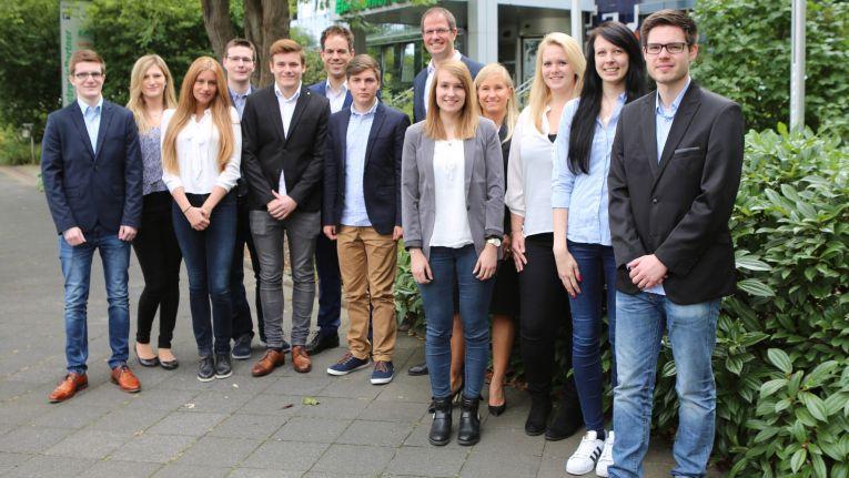 Michael Haubrich (6. v. r.), Vorstand ElectronicPartner, begrüßt mit Nicole Jungkamp (4. v. r.) und Mark Kappes (6. v. l., beide Personalentwicklung) die neuen Auszubildenden am Standort Düsseldorf und gratuliert den übernommenen Absolventen.