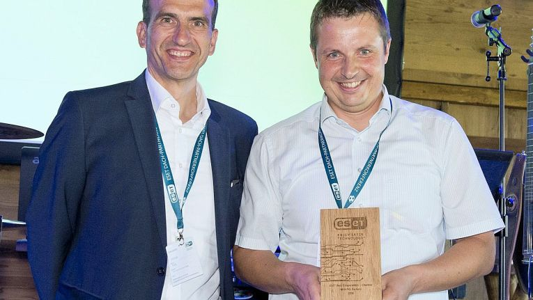 """Stefan Thiel (links), Country Manager DACH von Eset, hat gerade Dominik Meier von der Makro Factory GmbH & Co. KG den Award als """"ESET Best Cooperation - Channel"""" überreicht."""