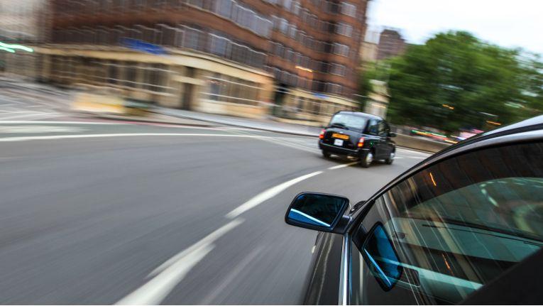 Fährt ein Autofahrer innerorts 28 km/h zu schnell, kann dies als vorsätzliche Ordnungswidrigkeit gewertet werden.