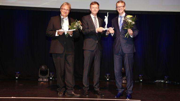"""Christian Schroeder (re.), Geschäftsführender Gesellschafter der Friedrich Karl Schroeder GmbH & Co. KG: """"Wir sind unglaublich stolz über diese Auszeichnung; bestätigt sie doch unseren erfolgreichen, innovativen und kompetenten Weg über die letzten Jahrzehnte vom Bleistift bis zur Business-Cloud."""""""