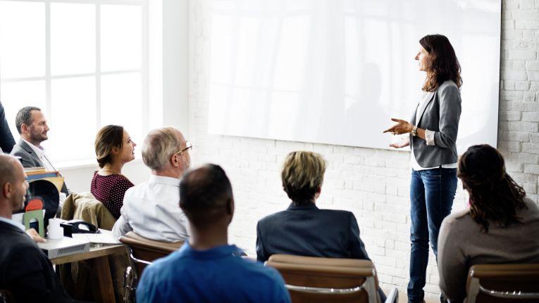 Verfügt der Arbeitnehmer nicht über die erforderlichen Fähigkeiten und Kenntnisse, kann der Arbeitgeber eine entsprechende Schulung verlangen. Zumindest sofern die berufliche Fortbildung in der Arbeitszeit erfolgen soll.