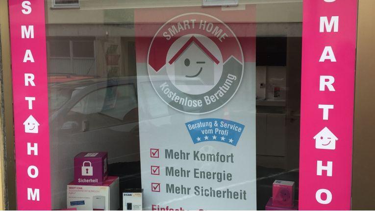 Smart Home als Blickfang: Schon im Vorbeigehen macht das Schaufenster von ONE telecom Frankenberg die Passanten auf das Thema Smart Home aufmerksam.