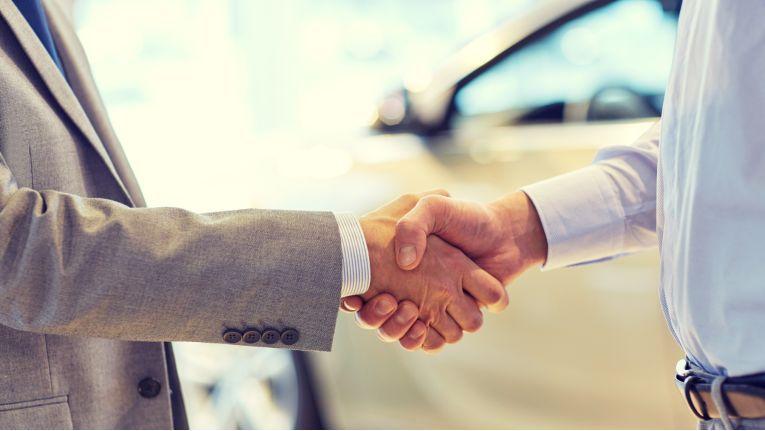 Beim Kauf eines mangelhaften Fahrzeugs, muss der Käufer nicht einer kostenfreien Schadensbeseitigung des Verkäufers zustimmen. Stattdessen kann er u. U. auch vom Kaufvertrag zurücktreten.