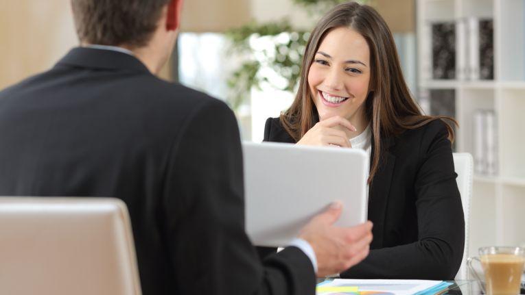 Verkäufer müssen erst eine Beziehung und Vertrauen zum Kunden aufbauen, erst dann geht es weiter.