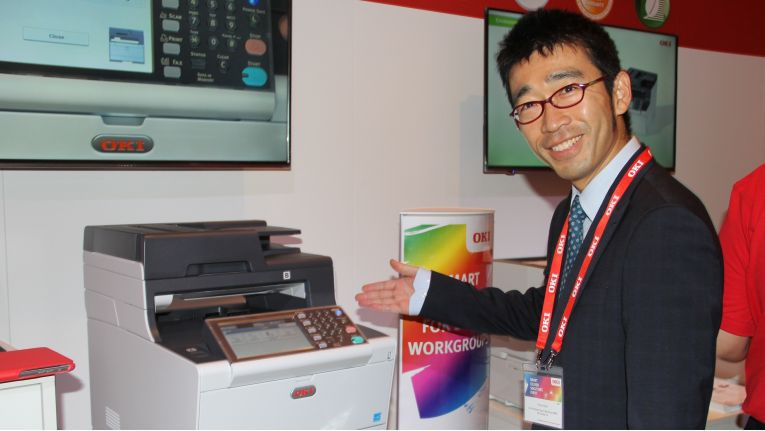 Tetsuya Kuri, Vice President Marketing bei Oki, präsentiert die neuen Oki-Maschinen.
